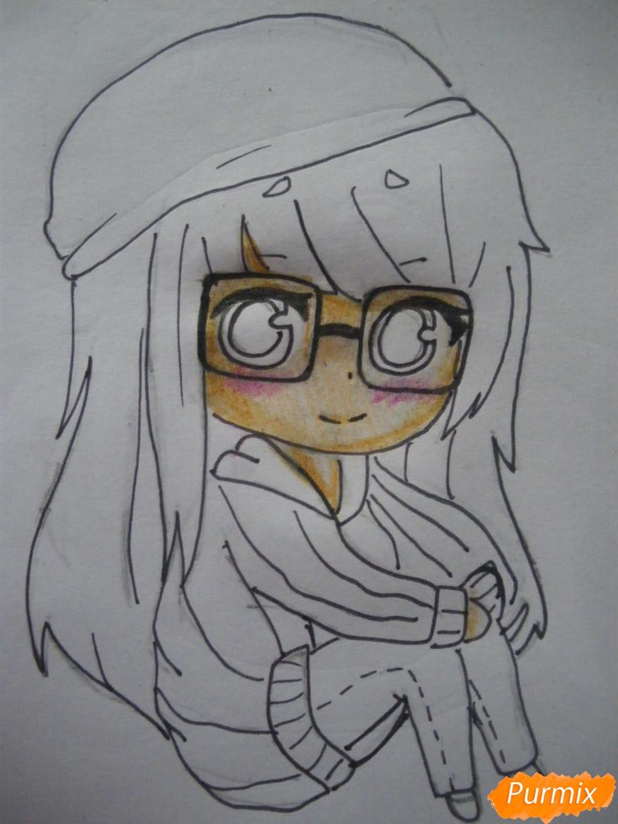 Рисуем чиби девочку в очках и шапке карандашами - фото 8