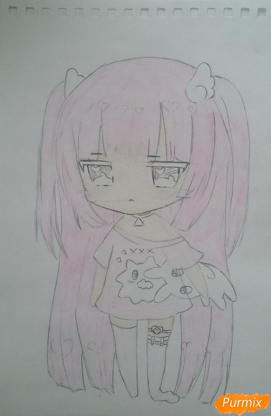 Рисуем милую чиби-тян в пижаме и игрушкой в руке карандашами - шаг 10