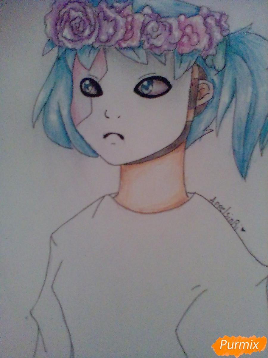 Рисуем и раскрасить Салли Фишера с венком на голове карандашами - шаг 9