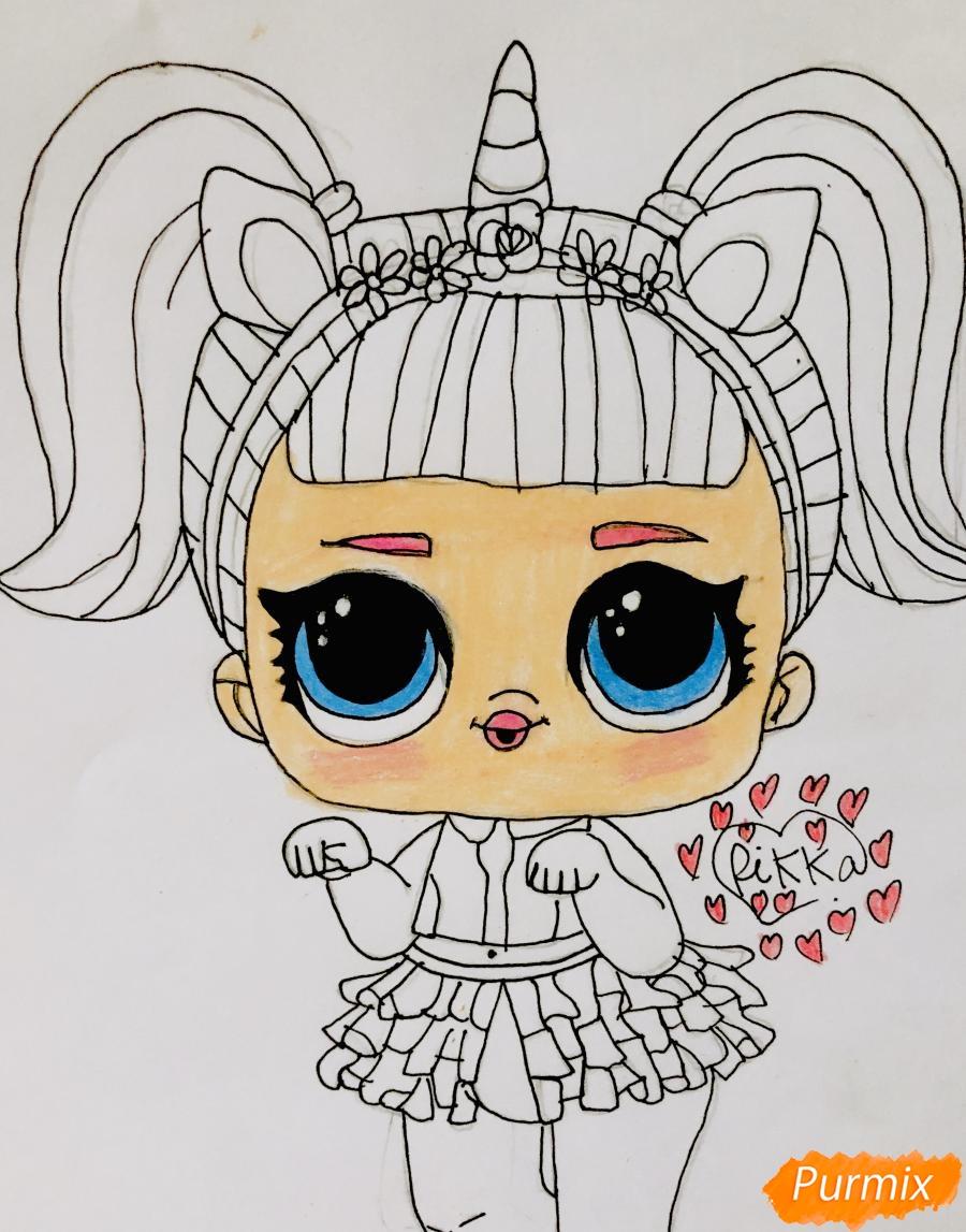 Рисуем куклу Лол с обручем в стиле Единорога карандашами - фото 7