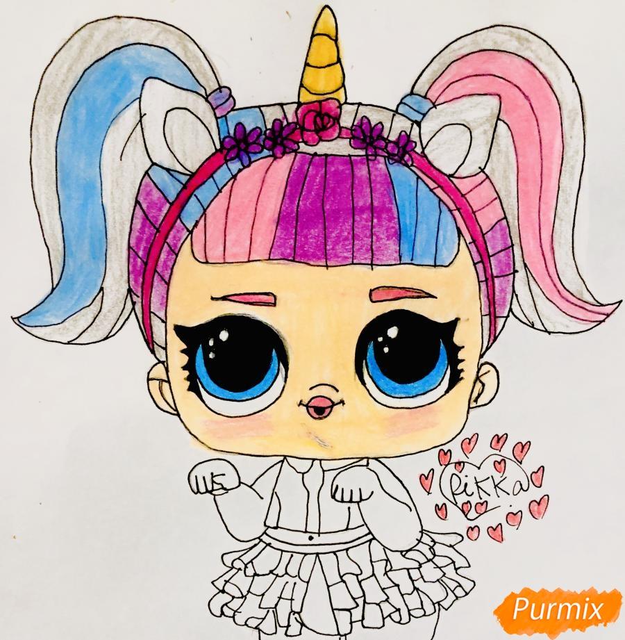 Рисуем куклу Лол с обручем в стиле Единорога карандашами - фото 8