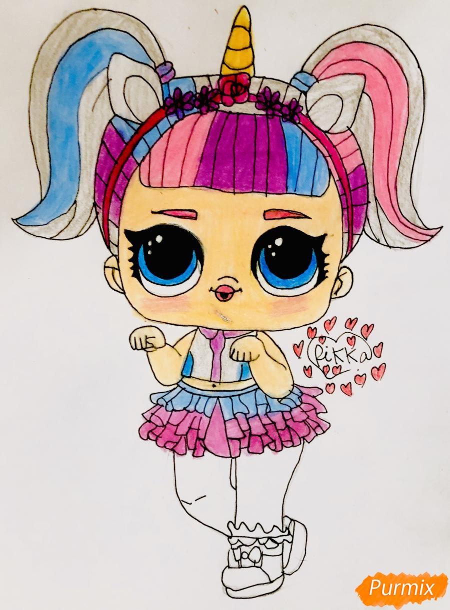 Рисуем куклу Лол с обручем в стиле Единорога карандашами - фото 9