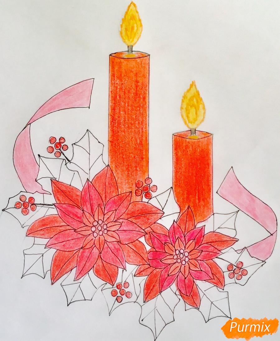 Рисуем две красные новогодние свечи с красными цветочками и клюквой на листочках - фото 10