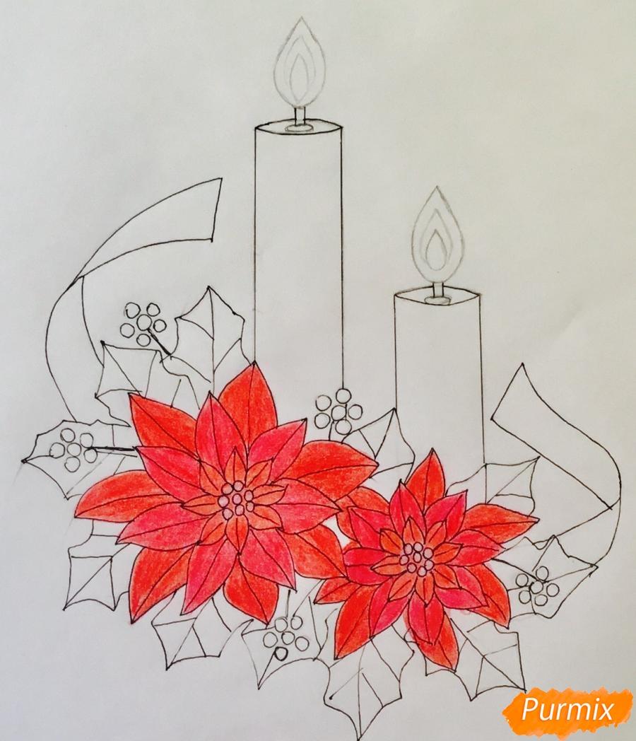 Рисуем две красные новогодние свечи с красными цветочками и клюквой на листочках - фото 8