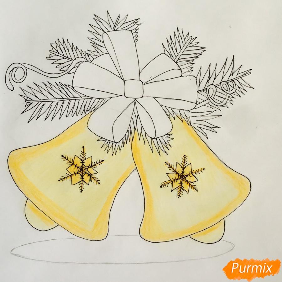 Рисуем новогодние колокольчики с красным бантиком и веточками ёлочки - фото 8