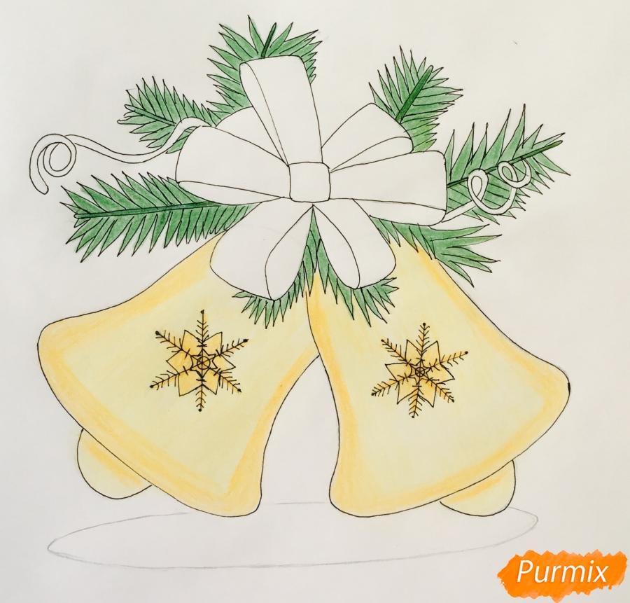 Рисуем новогодние колокольчики с красным бантиком и веточками ёлочки - фото 9