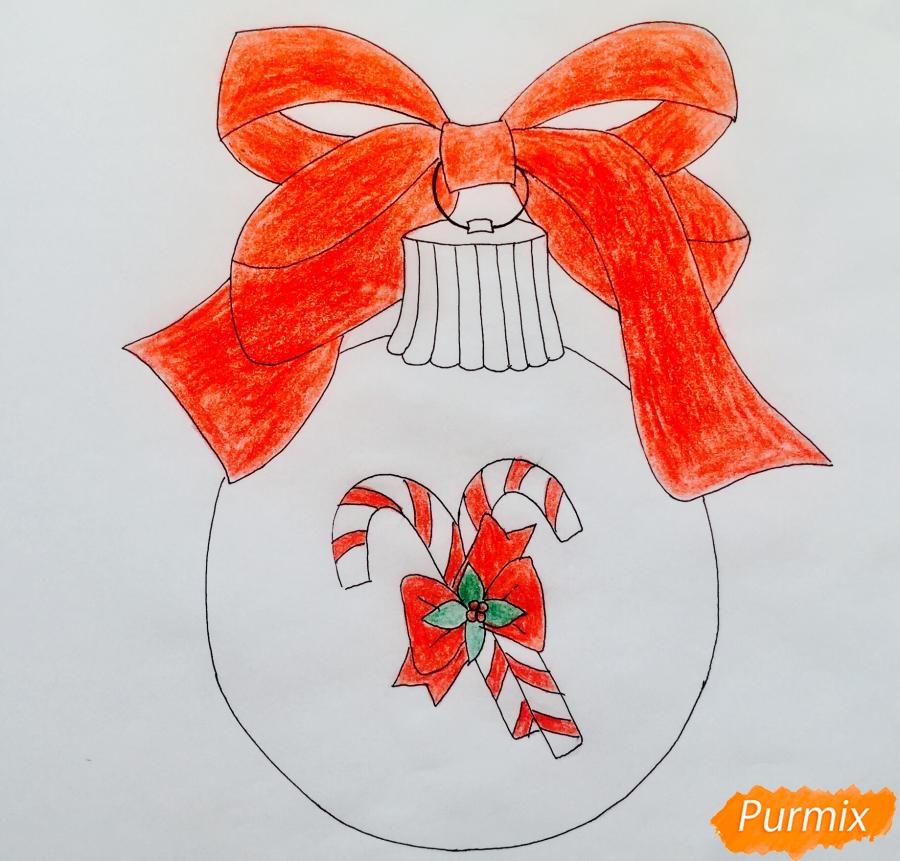 Рисуем новогоднюю игрушку с красным бантиком и леденцами - шаг 6