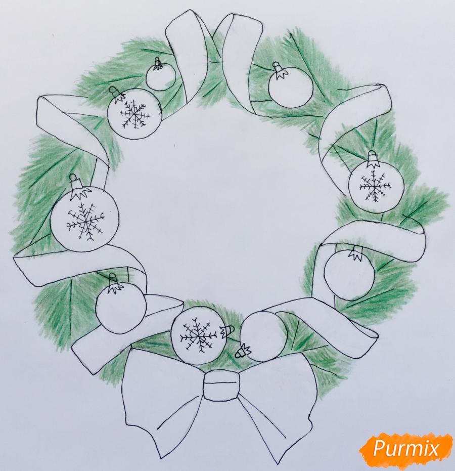 Рисуем рождественский венок с ленточками и новогодними игрушками - шаг 7