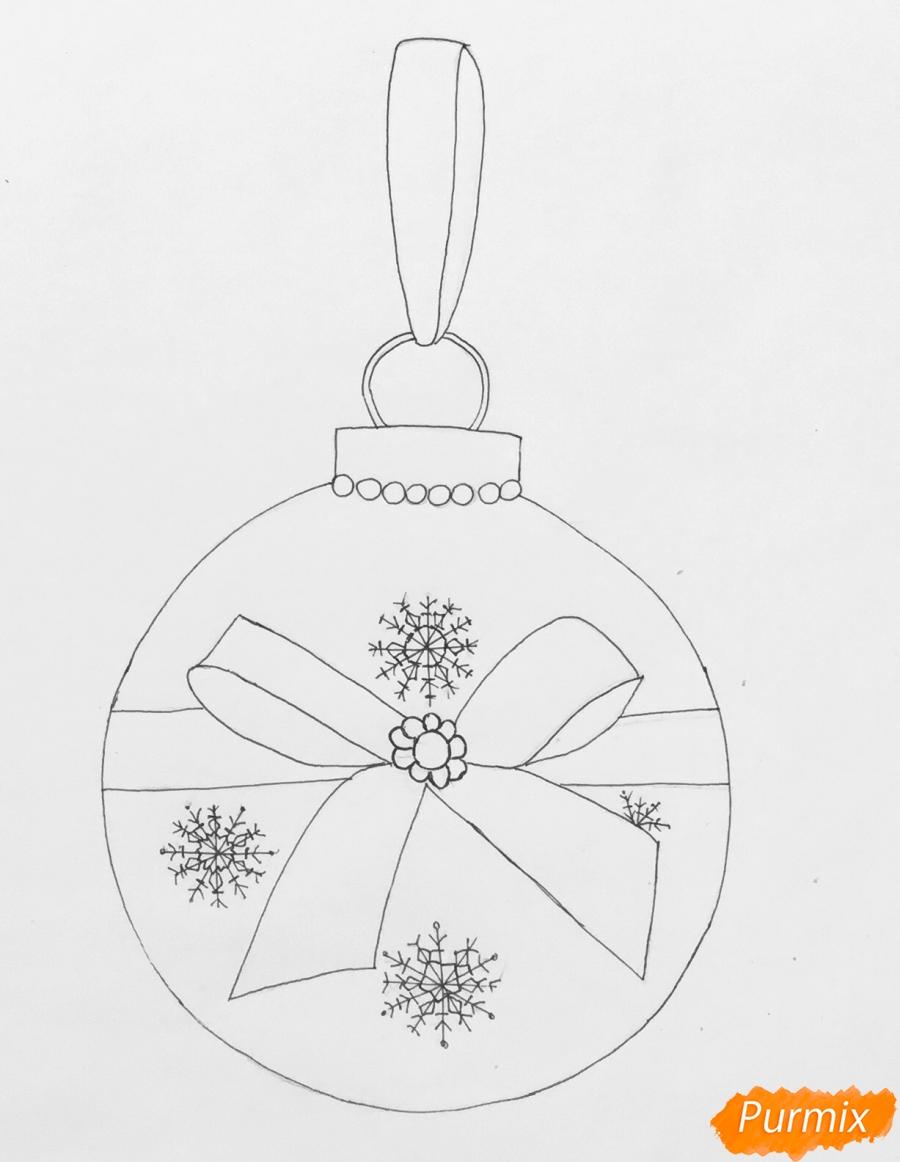 Рисуем синюю новогоднюю игрушку с синим бантиком и снежинками - шаг 4