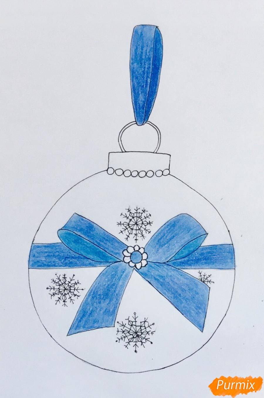 Рисуем синюю новогоднюю игрушку с синим бантиком и снежинками - шаг 5