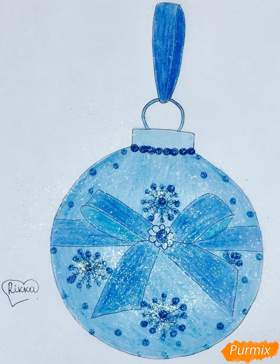 Рисуем синюю новогоднюю игрушку с синим бантиком и снежинками - шаг 6