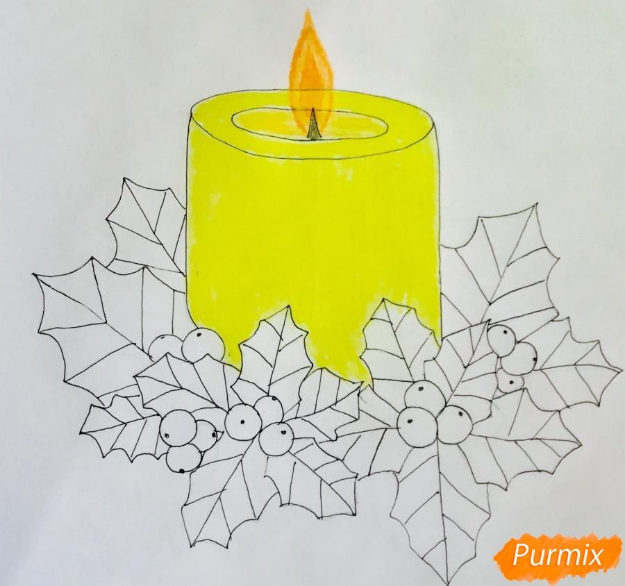 Рисуем жёлтую новогоднюю свечу с клюквой и листочками - фото 7