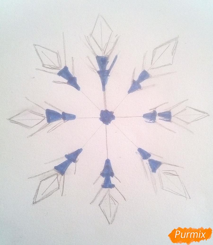 Как просто нарисовать снежинку цветными карандашами - шаг 4