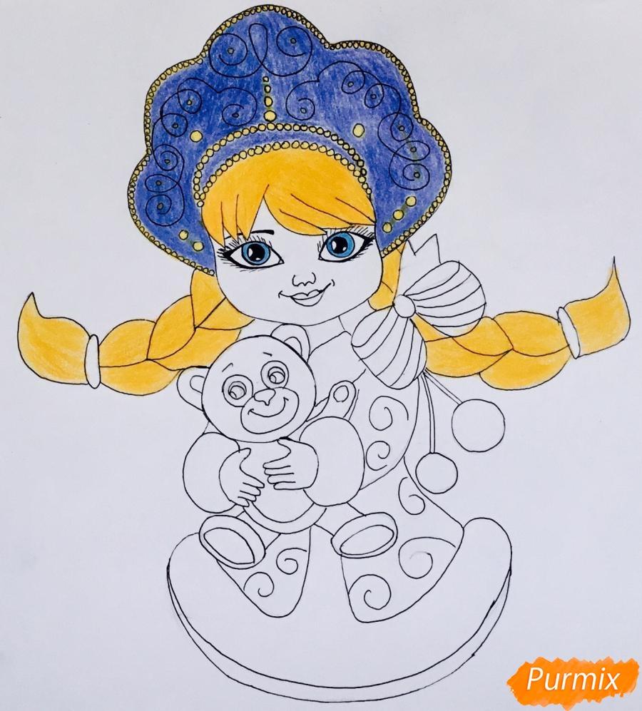 Рисуем милую снегурочку с игрушечным мишкой в руках - фото 8