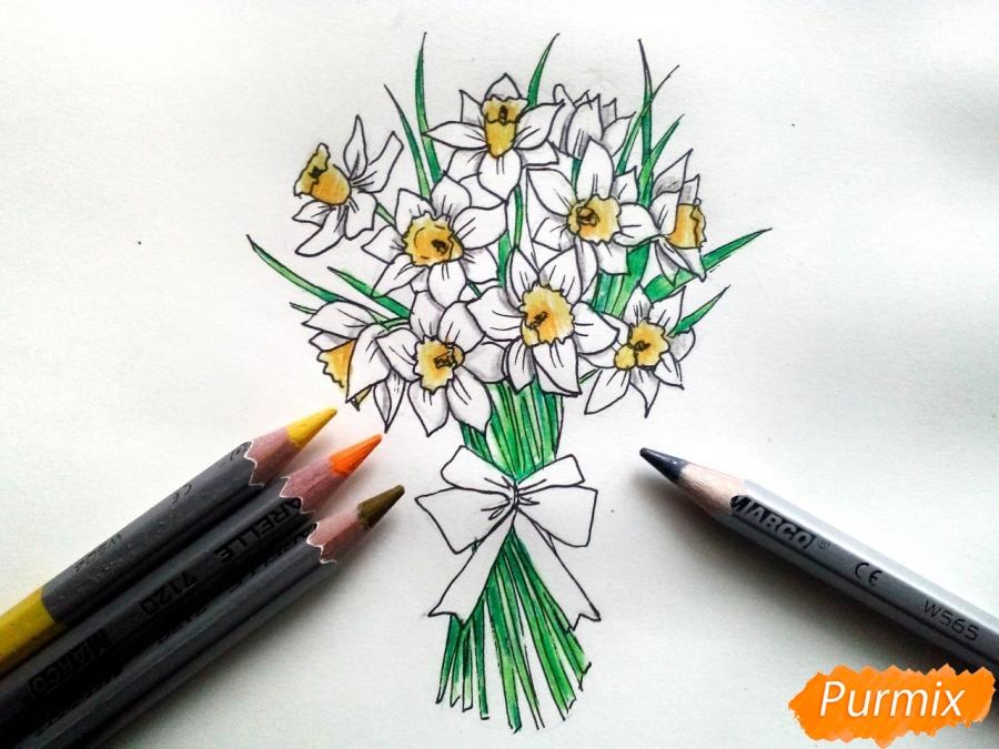 Рисуем букет нарциссов цветными карандашами - фото 8
