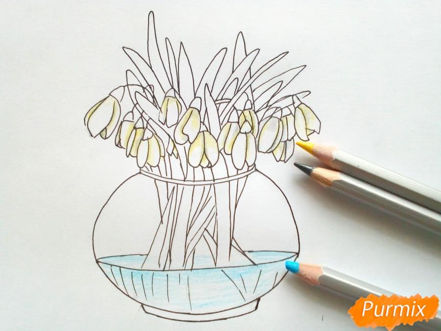 Рисуем букет подснежников в вазе карандашами - фото 6