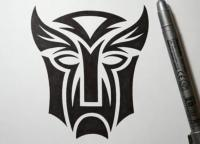 татуировку логотип трансформеров карандашом