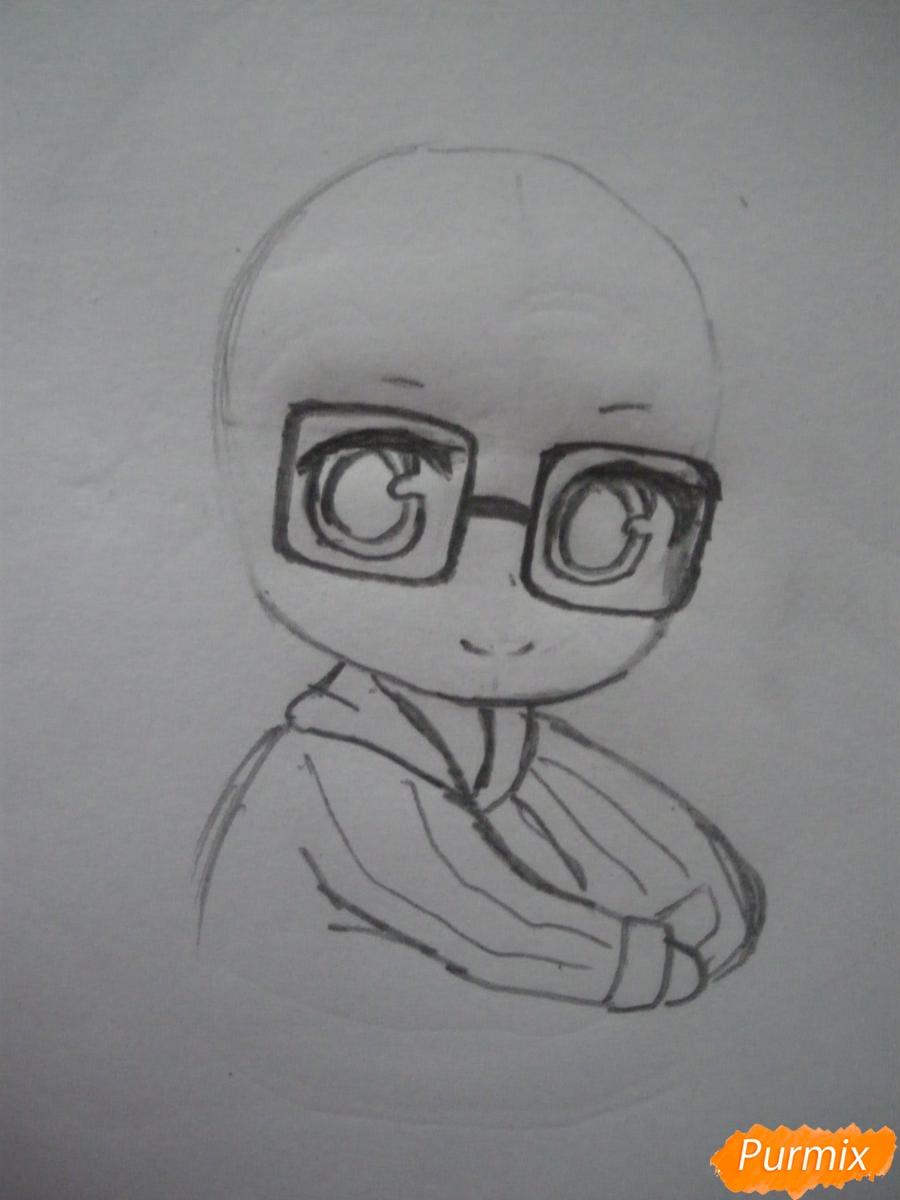 Рисуем чиби девочку в очках и шапке карандашами - шаг 3