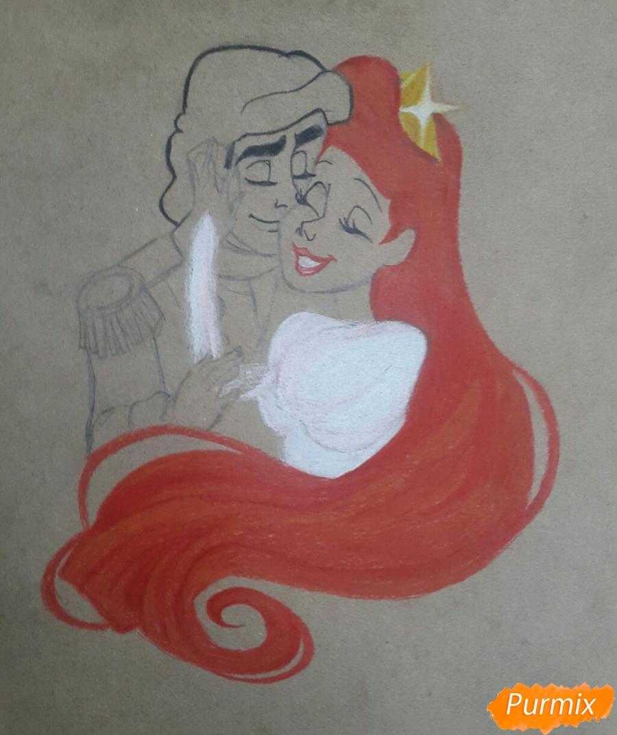 Рисуем Принца Эрика и Ариэль цветными карандашами на крафт-бумаге - шаг 5