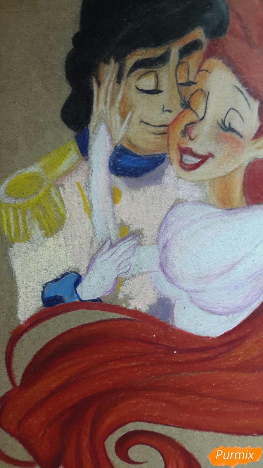 Рисуем Принца Эрика и Ариэль цветными карандашами на крафт-бумаге - шаг 9