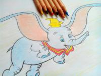 Фото слоненка Дамбо карандашами