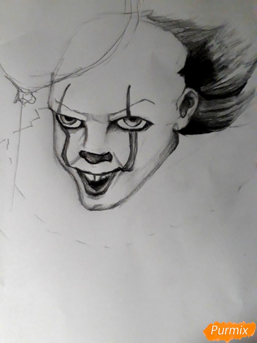 Рисуем Пенивайза из фильма Оно карандашами - шаг 6