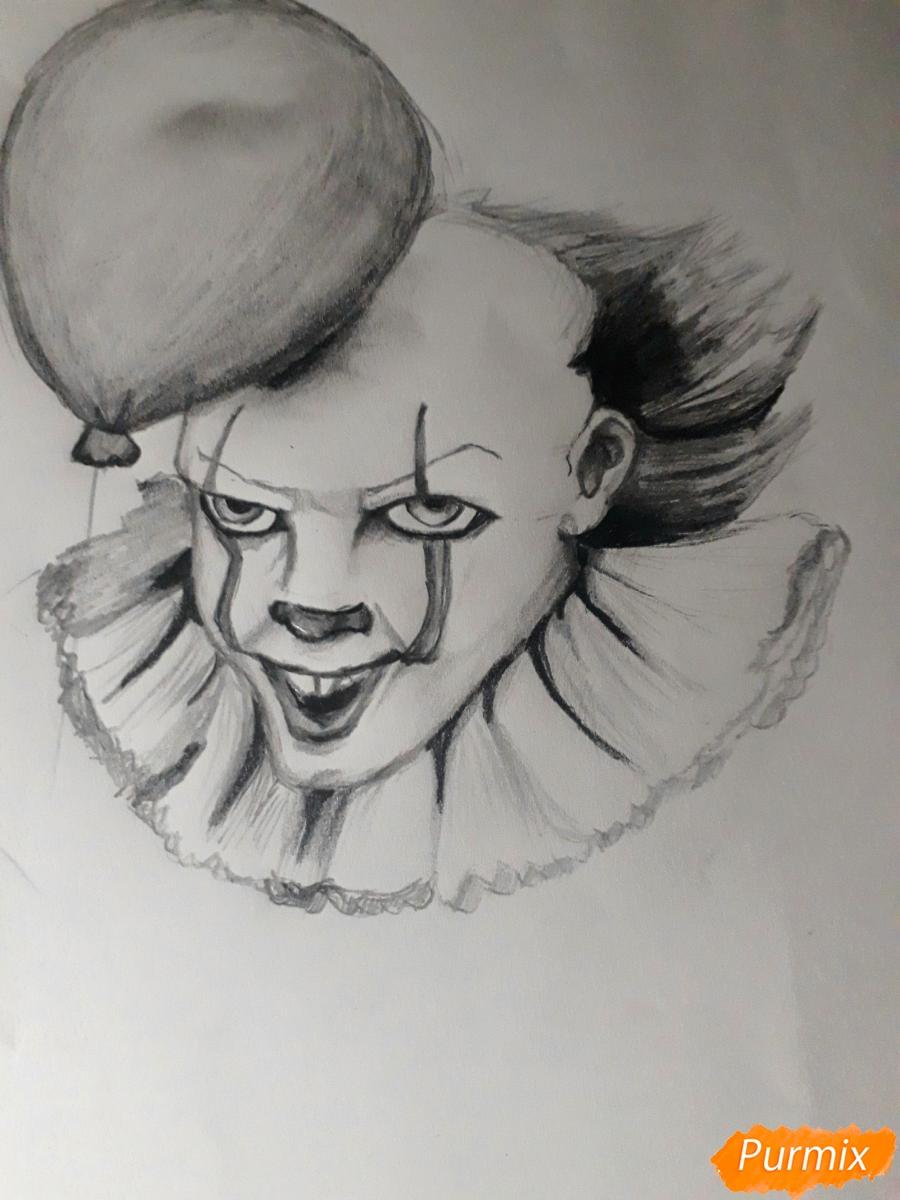 Рисуем Пенивайза из фильма Оно карандашами - шаг 8