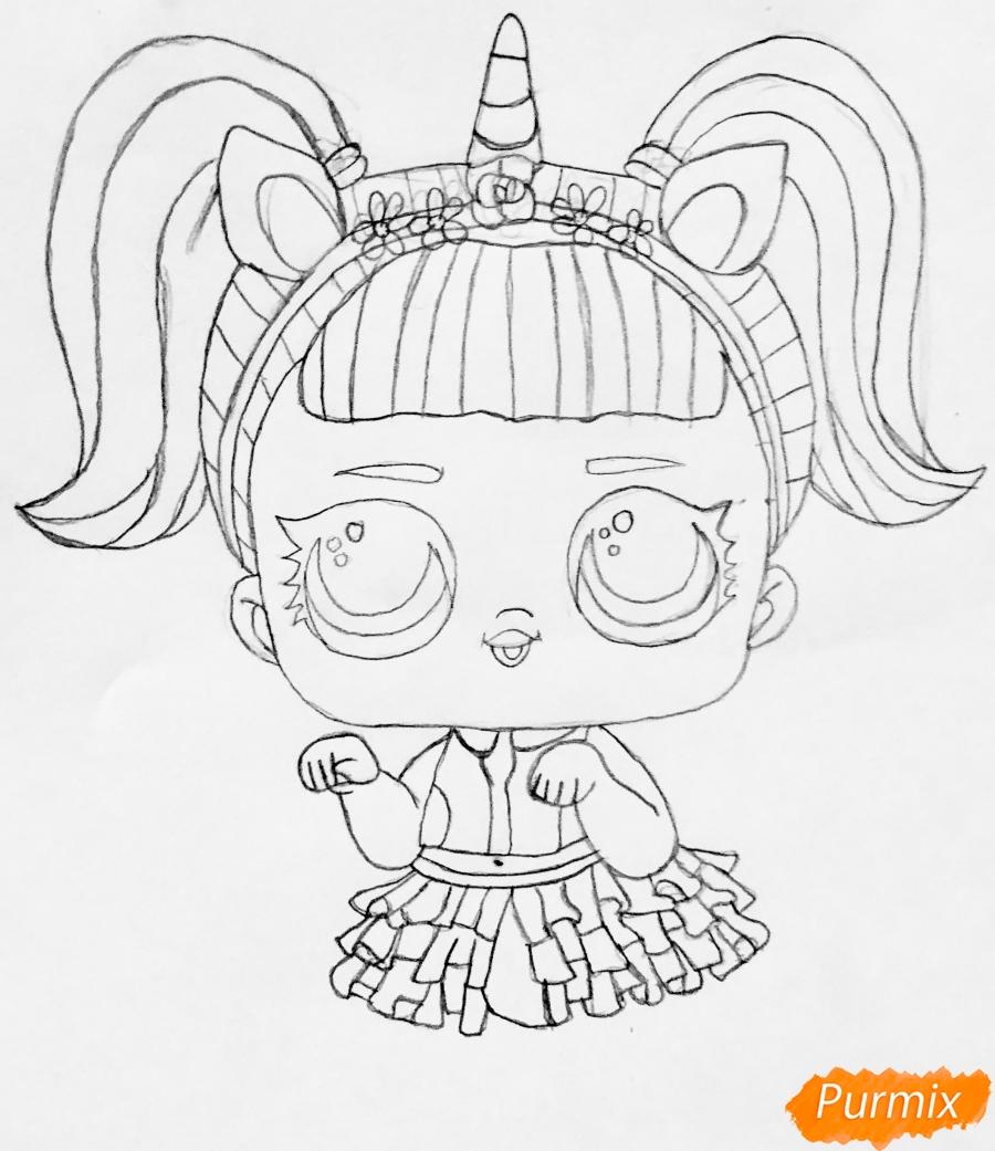 Рисуем куклу Лол с обручем в стиле Единорога карандашами - шаг 4