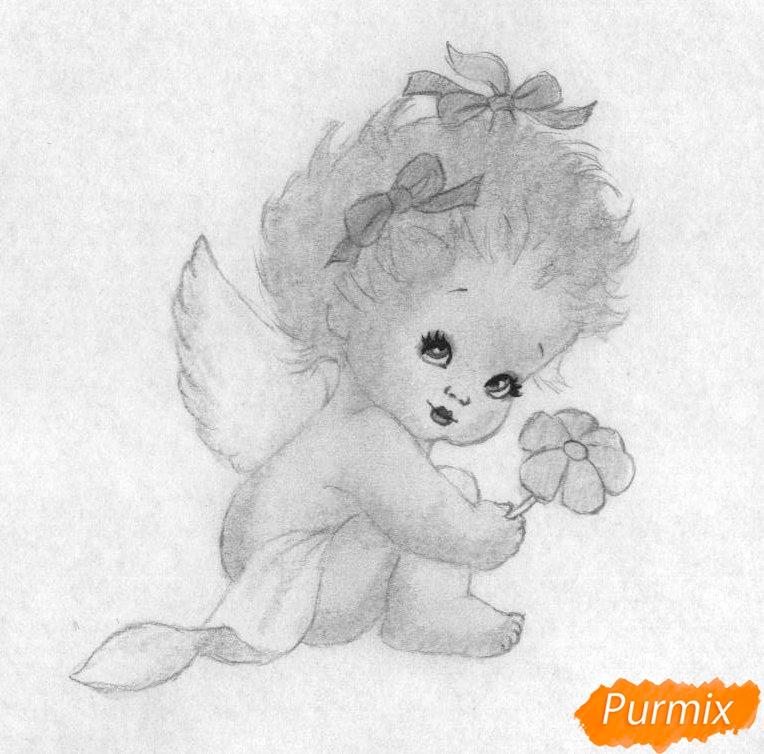 Рисуем ангелочка с цветком на День святого Валентина карандашами - шаг 3