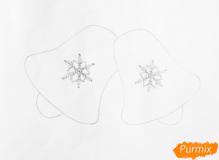 Рисуем новогодние колокольчики с красным бантиком и веточками ёлочки - шаг 3