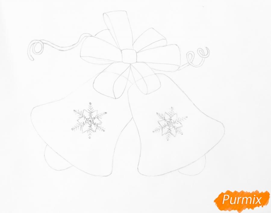 Рисуем новогодние колокольчики с красным бантиком и веточками ёлочки - шаг 4