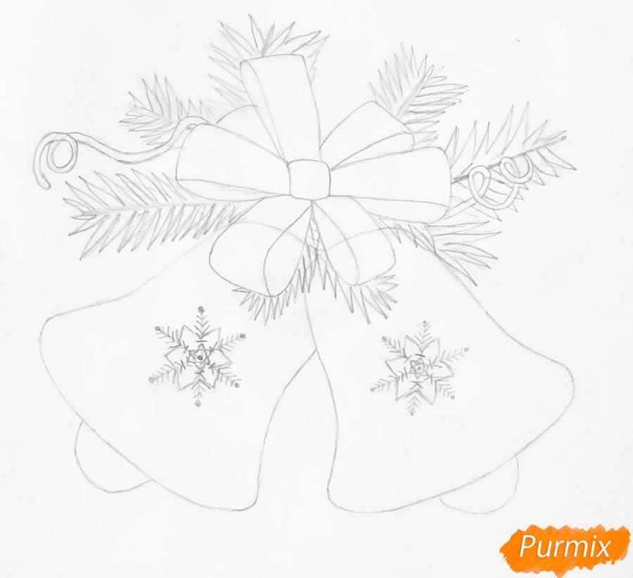 Рисуем новогодние колокольчики с красным бантиком и веточками ёлочки - шаг 5