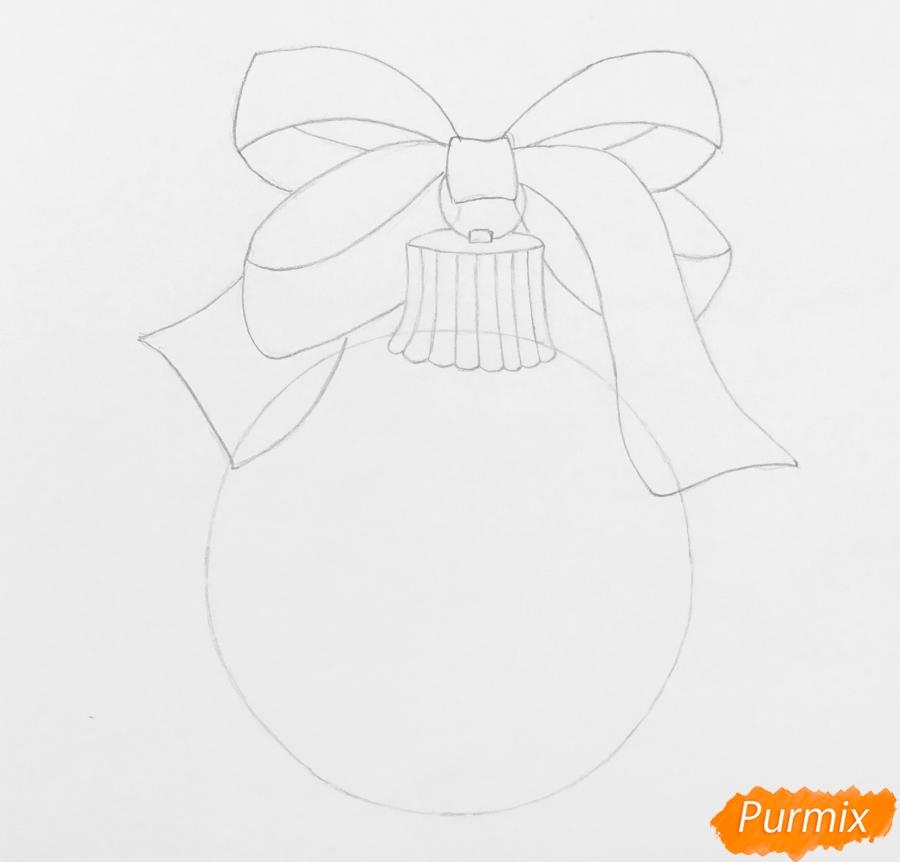 Рисуем новогоднюю игрушку с красным бантиком и леденцами - шаг 3