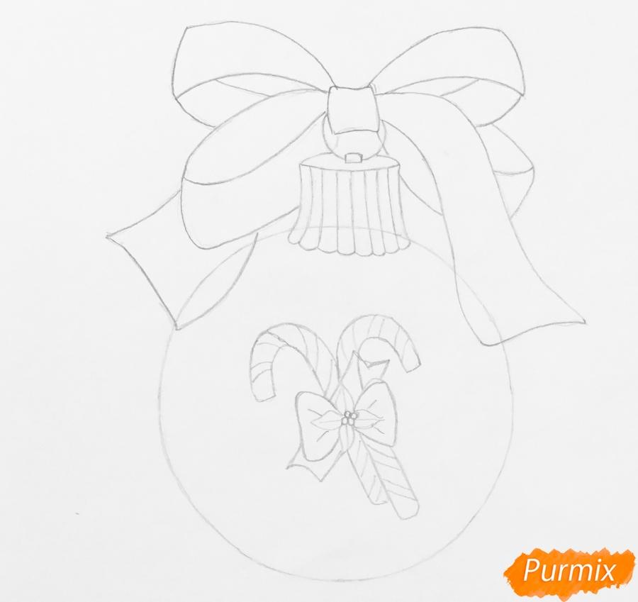 Рисуем новогоднюю игрушку с красным бантиком и леденцами - шаг 4