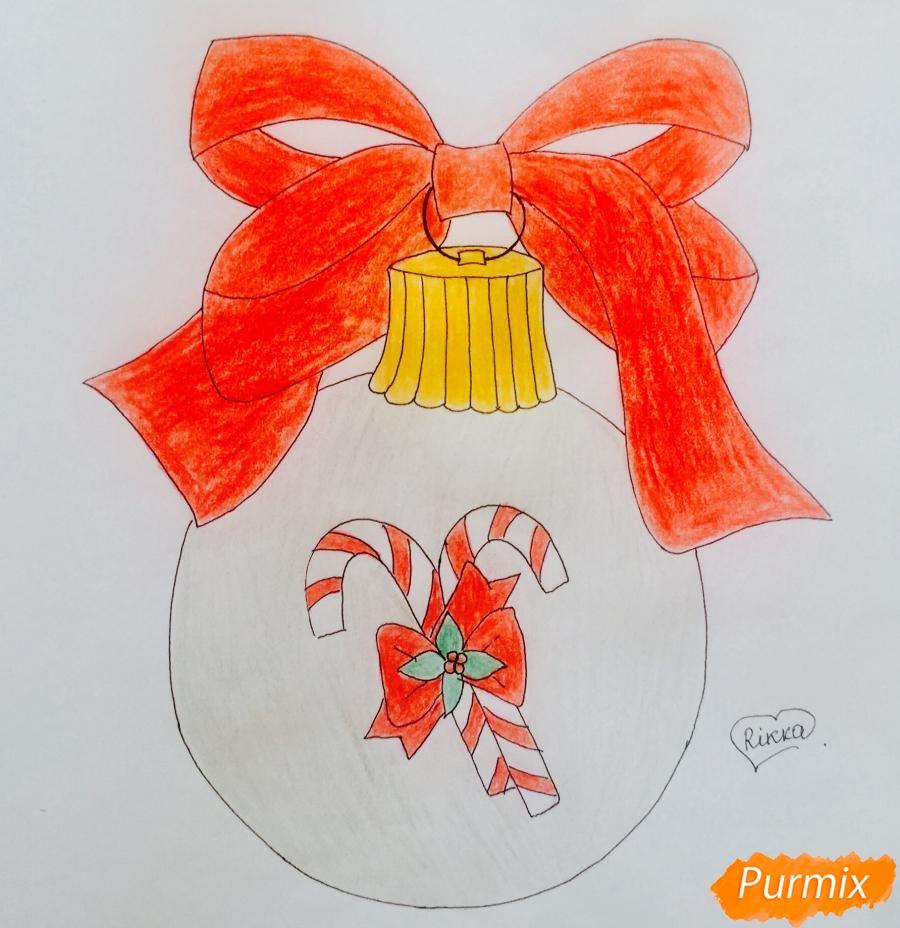 Рисуем новогоднюю игрушку с красным бантиком и леденцами - шаг 7