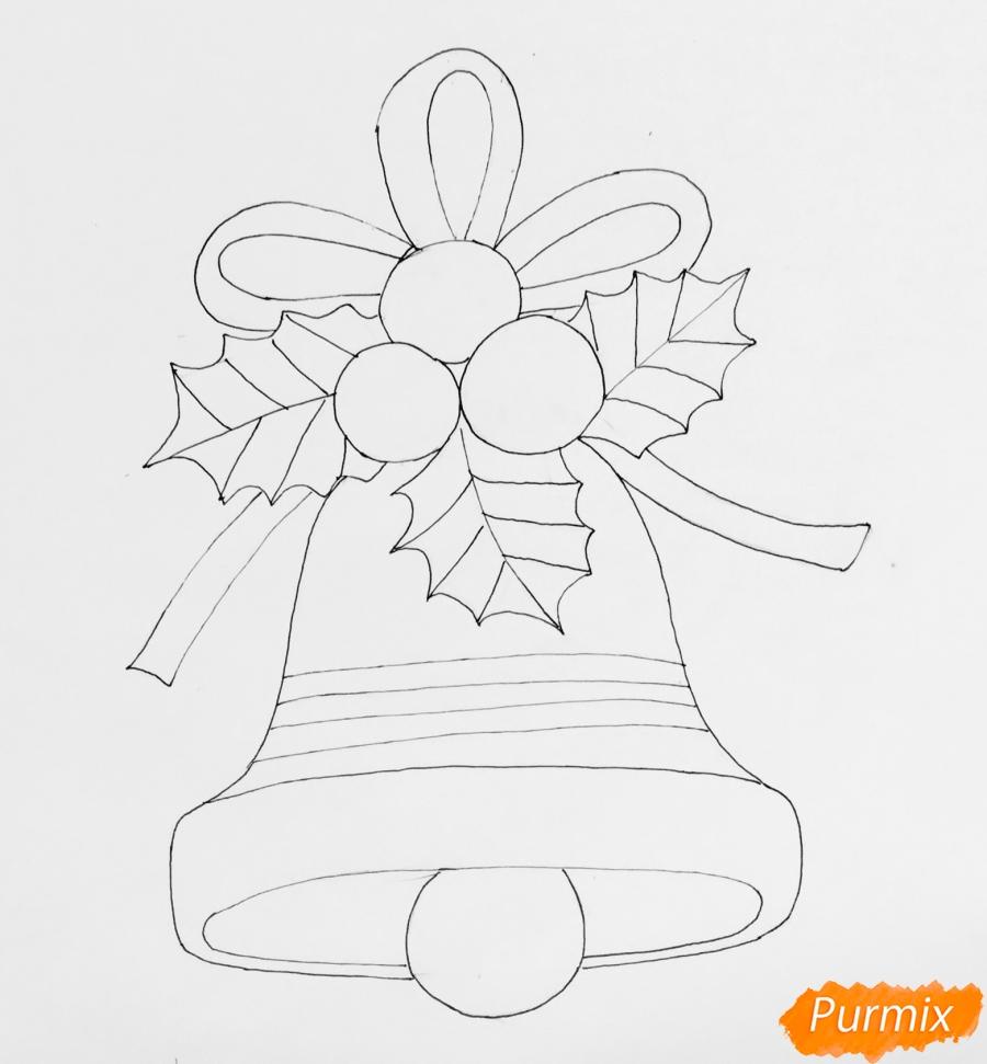 Рисуем рождественский колокольчик с клюквой и листочками от клюквы - шаг 5