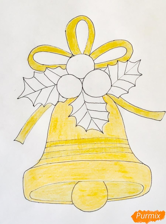 Рисуем рождественский колокольчик с клюквой и листочками от клюквы - шаг 6