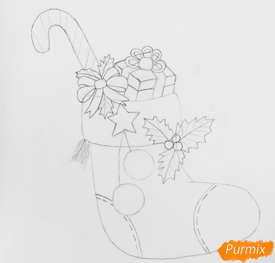 Рисуем рождественский носок с балабонами с подарком и леденцом внутри - шаг 4
