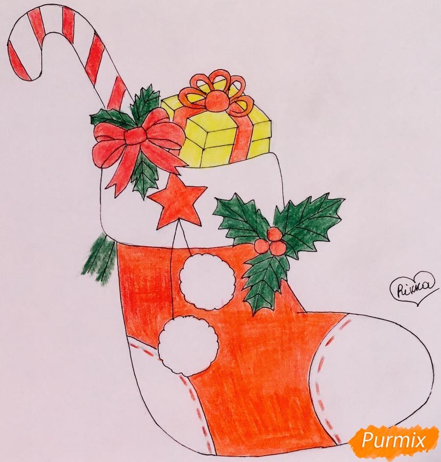 Рисуем рождественский носок с балабонами с подарком и леденцом внутри - шаг 8