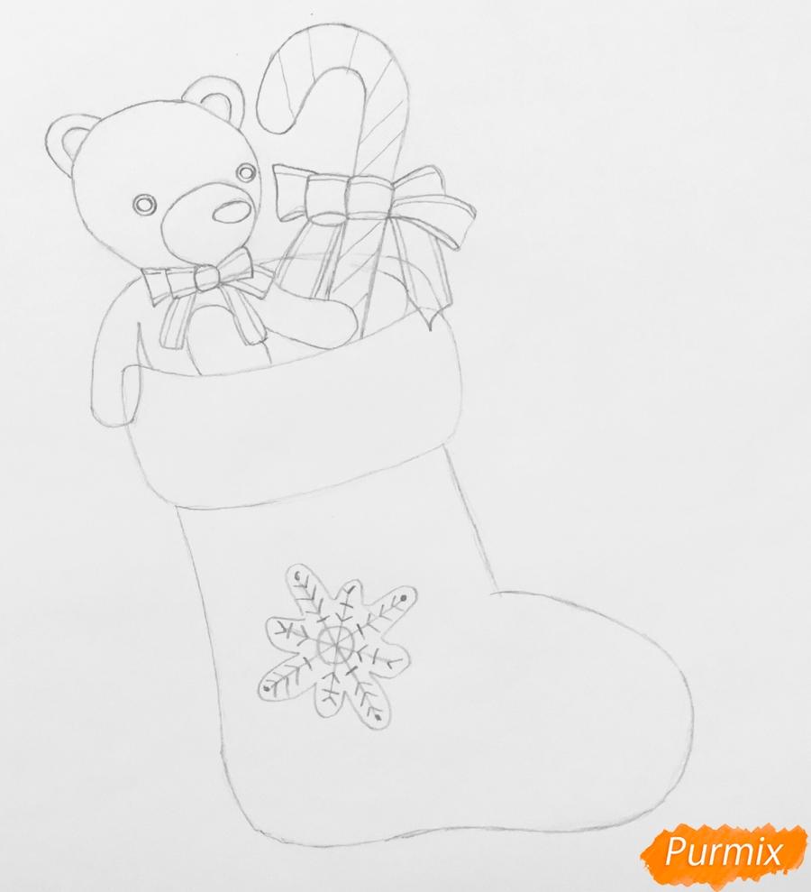 Рисуем рождественский носок с игрушечным мишкой и леденцом внутри - шаг 5
