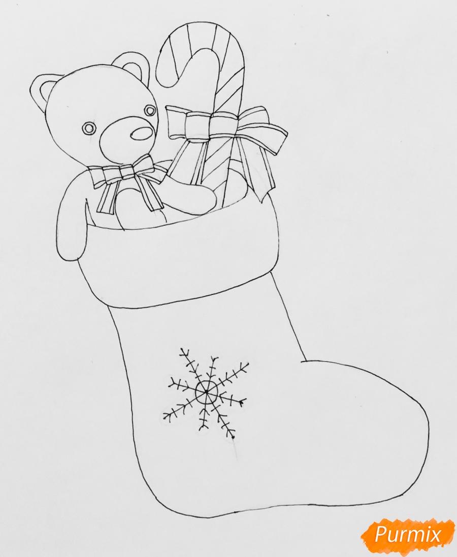 Рисуем рождественский носок с игрушечным мишкой и леденцом внутри - шаг 6