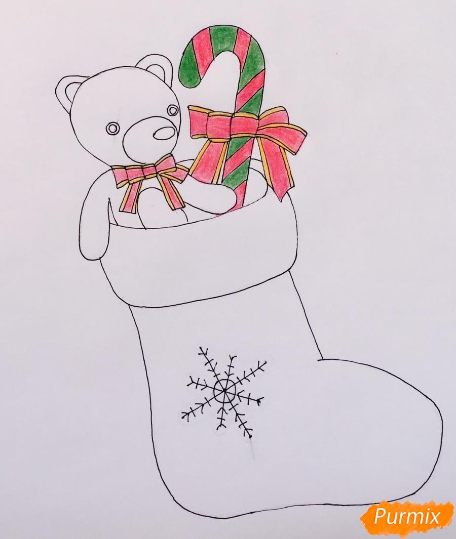 Рисуем рождественский носок с игрушечным мишкой и леденцом внутри - шаг 7