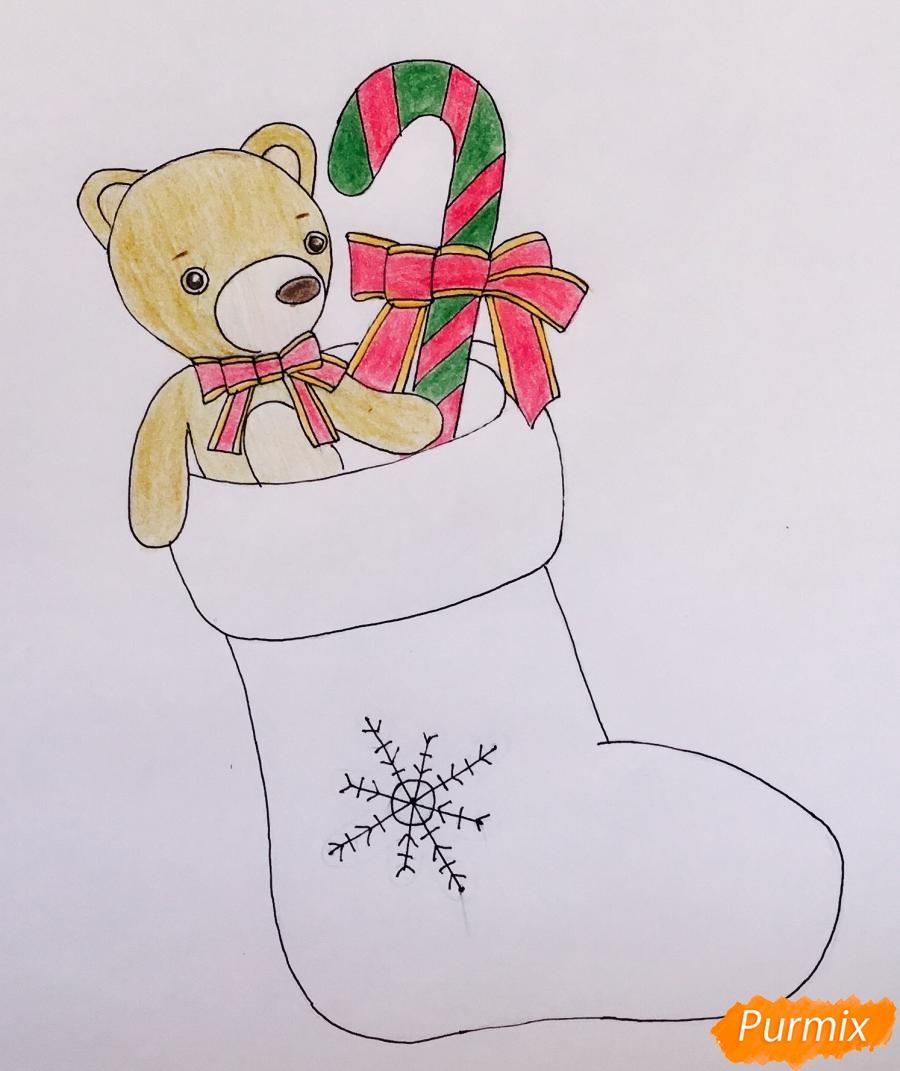Рисуем рождественский носок с игрушечным мишкой и леденцом внутри - шаг 8