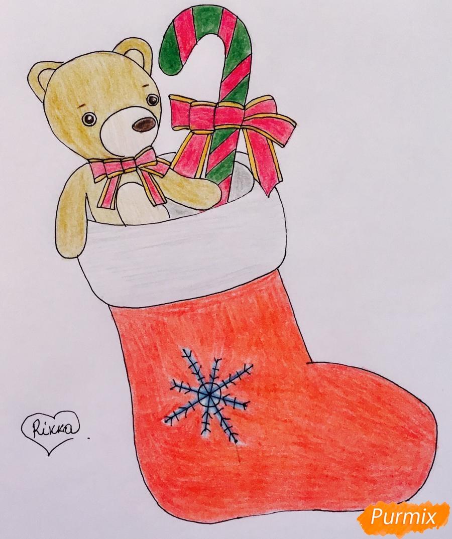 Рисуем рождественский носок с игрушечным мишкой и леденцом внутри - шаг 9