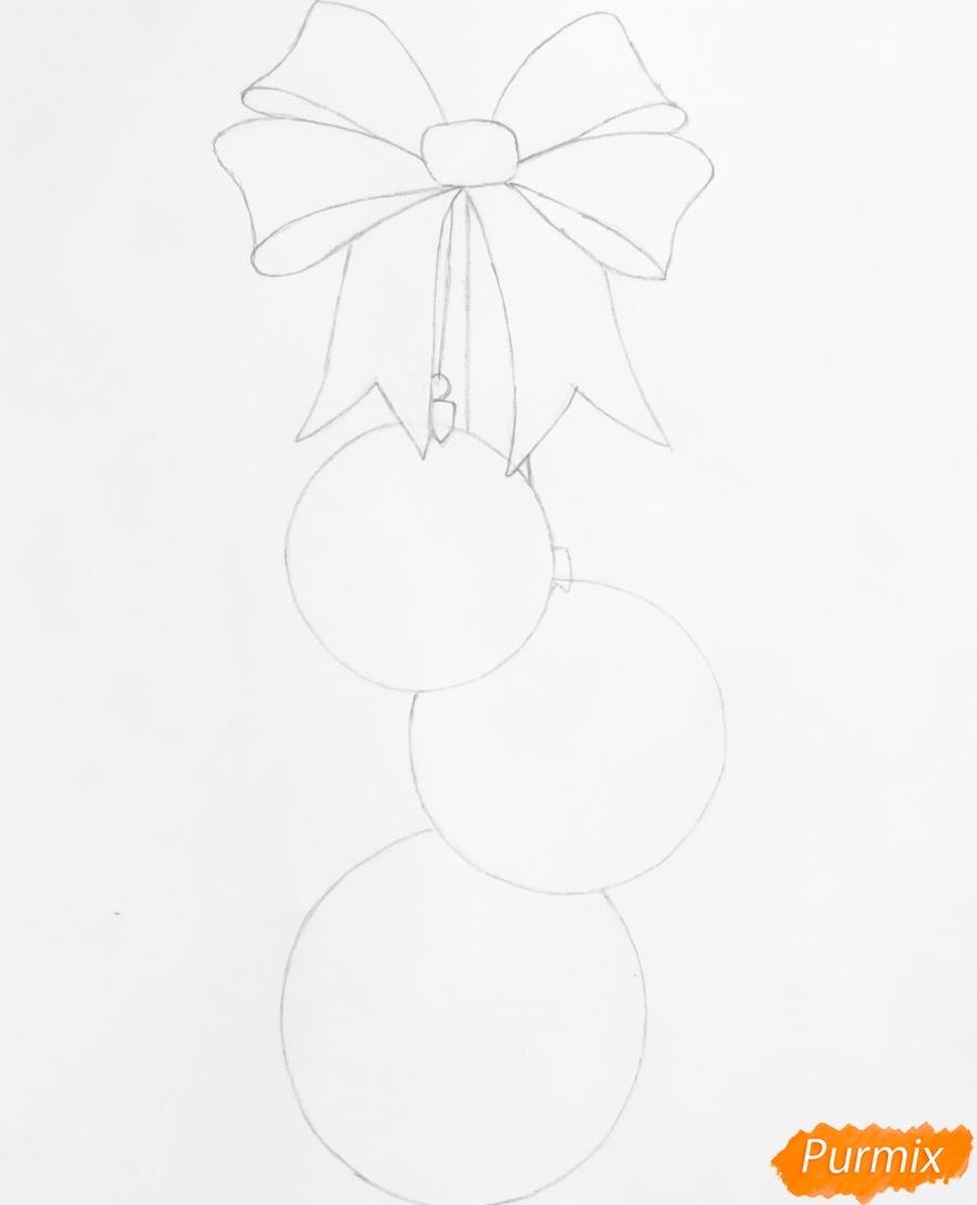 Рисуем три новогодние игрушки с красным бантиком - шаг 4
