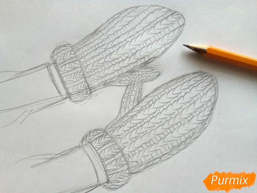 Рисуем вязаные варежки на руках - шаг 4
