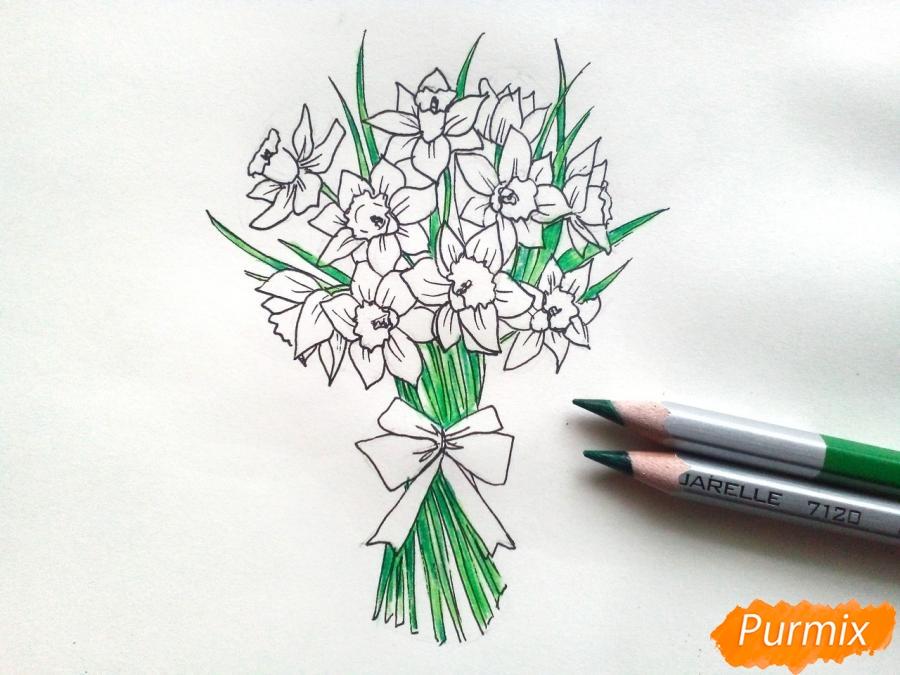 Рисуем букет нарциссов цветными карандашами - шаг 7