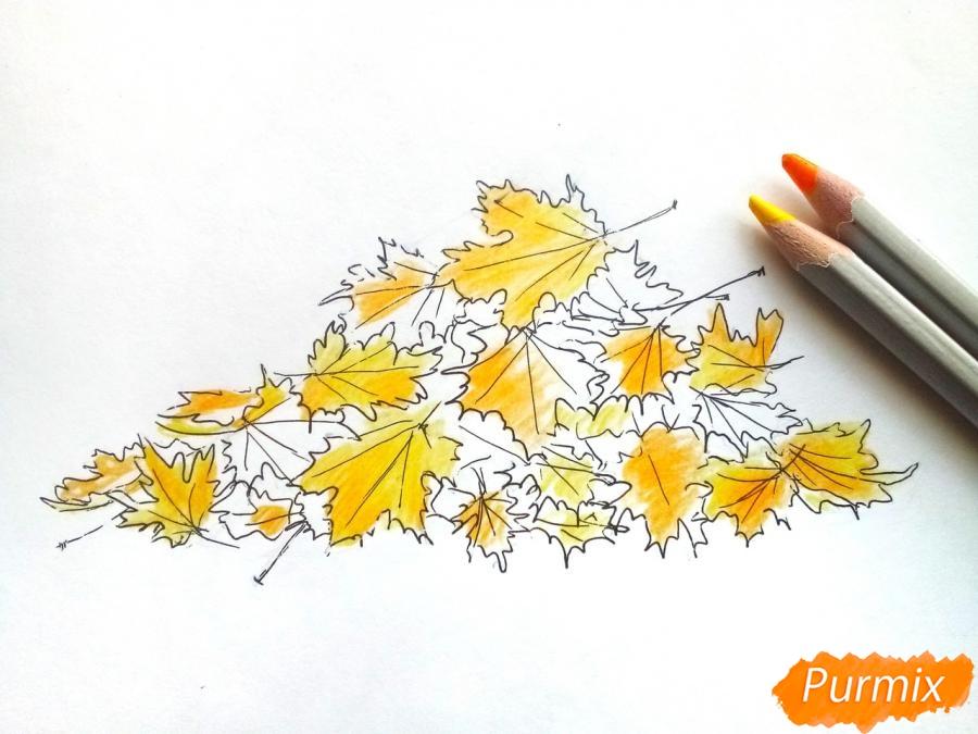 Рисуем опавшие осенние листья цветными карандашами - шаг 5