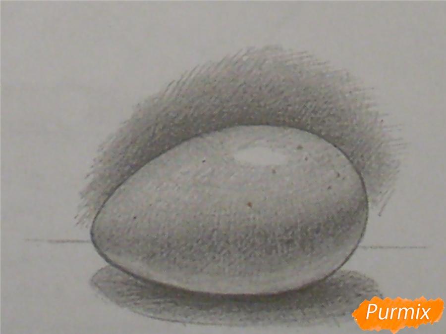 Рисуем куриное яйцо с тенью простыми карандашами - шаг 5